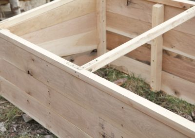 vyvýšený záhon z dubového dreva